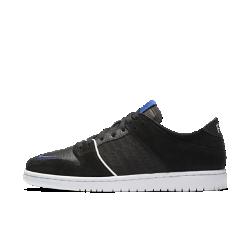 Мужская обувь для скейтбординга Nike SB Zoom Dunk Low Pro QSМужская обувь для скейтбординга Nike SB Zoom Dunk Low Pro QS в классическом стиле с низким профилем сочетает дух скейтбординга с функциональностью во время катания и в любой другой ситуации. Преимущества  Конструкция из кожи и текстиля для комфортной фиксации Мгновенная амортизация Zoom Air для защиты от ударных нагрузок Гибкая подметка из резины для надежного сцепления  Истоки Nike SB Dunk Сначала баскетбольная модель Nike Dunk органично вписалась в культуру скейтбординга, а теперь предстает в новой версии от Nike SB. Сегодня SB Dunk — это то, что вдохновляет наколлаборацию многие компании — от магазинчиков для скейтбордистов из небольших городов до легендарных модных домов Нью-Йорка.<br>