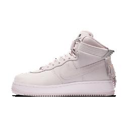 Мужские кроссовки Nike Air Force 1 High Sport LuxМужские кроссовки Nike Air Force 1 High Sport Lux по-настоящему близки к совершенству. Ограниченная серия модели из роскошной кожи, дополненной фурнитурой цвета «розовое золото», воплощает сочетание силы Force с современной эстетикой.<br>