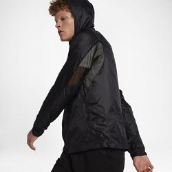 Мужская куртка NikeLab Essentials Lightweight PackableМужская куртка NikeLab Essentials Lightweight Packable с воздушной минималистичной конструкцией со слоем из водоотталкивающего нейлона защищает от осадков.<br>
