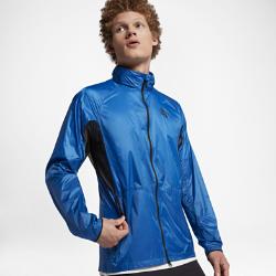 Мужская куртка NikeLab Essentials Lightweight PackableМужская куртка NikeLab Essentials Lightweight Packable с воздушной минималистичной конструкцией со слоем из водоотталкивающего нейлона защищает от осадков.  Легкость и комфорт  Вставки из сетки в области подмышек усиливают вентиляцию, не создавая лишнего объема.  Удобная складная конструкция  Куртка быстро и удобно складывается во внутренний накладной карман.  Возможности для хранения  Складной капюшон помогает адаптироваться к погодным условиям, а боковые карманы позволяют носить с собой все необходимые мелочи.<br>