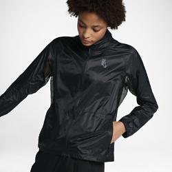 Женская куртка NikeLab Essentials Lightweight PackableЖенская куртка NikeLab Essentials Lightweight Packable — функциональная и стильная минималистичная модель со складной конструкцией. Куртка из водоотталкивающего нейлона складывается во внутренний карман, что позволяет надевать ее именно тогда, когда это необходимо.<br>