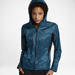 Женская куртка NikeLab Essentials Lightweight PackableЖенская куртка NikeLab Essentials Lightweight Packable — функциональная и стильная минималистичная модель со складной конструкцией. Куртка из водоотталкивающего нейлона складывается во внутренний карман, что позволяет надевать ее именно тогда, когда это необходимо.  Дышащая конструкция  Полиэстеровая сетка в области подмышек обеспечивает зональную вентиляцию для комфорта.  Складная конструкция для защиты  При необходимости капюшон можно аккуратно сложить в капюшон и развернуть для защиты от непогоды.  Удобное хранение  Боковые карманы для надежного хранения мелочей.<br>