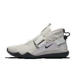 Мужские кроссовки NikeLab Komyuter PRMМужские кроссовки NikeLab Komyuter PRM, вдохновленные простым пакетом из коричневой бумаги, представляют собой функциональную обувь со складной конструкцией для любых погодных условий. Они созданы для тех, чья стихия — улицы города.  Разработано для защиты  Водоотталкивающий текстильный верх защищает от непогоды, не увеличивая объем и вес обуви.  Создано для движения  Легкий материал верха тянется во все стороны, обеспечивая удобную плотную посадку. Конструкция без шнурков с ремешками на магнитных застежках и системой фиксаторов позволяет быстро и удобно снимать и надевать обувь.<br>