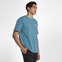 Мужская футболка Hurley Chained Up Destroy GrindМужская футболка Hurley Chained Up Destroy Grind из мягкого 100% хлопка обеспечивает вентиляцию и комфорт. Обработка, придающая эффект выцветания, делает ткань мягкой, а выполненные лазером отверстия создают модный поношенный вид.<br>