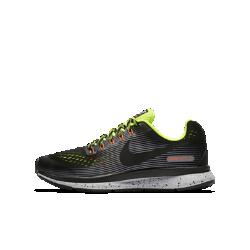 Беговые кроссовки для школьников Nike Air Zoom Pegasus 34 ShieldБеговые кроссовки для школьников Nike Zoom Pegasus 34 Shield идеальны для юных атлетов, которым нужна скорость в любых условиях. Обновленный верх из материала Flymesh с водоотталкивающим покрытием для легкости и защиты от влаги.<br>