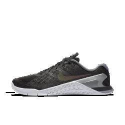 Женские кроссовки для тренинга Nike Metcon 3 MetallicЖенские кроссовки для тренинга Nike Metcon 3 Metallic созданы для самых интенсивных тренировок — от упражнений на канате и у стены до бега на короткие дистанции и поднятия веса. Амортизация для тренировок  Скрытая подошва более твердая в области пятки и более мягкая и гибкая в передней части. Это обеспечивает стабилизацию для тренинга и амортизацию для коротких пробежек. Стабилизация для тяжелой атлетики Плоская платформа и пятка из жесткой резины обеспечивают надежную стабилизацию при поднятии веса. Поддержка по всей стопе позволяет тренироваться уверенно. Легкость и прочность  Легкий вышитый материал в зонах максимального износа для дополнительной прочности. Подробнее  Нити Flywire для надежной фиксации Сетка в области пятки и голеностопа для вентиляции Фиксатор пятки для защиты от проскальзывания во время упражнений у стены Подошва из липкой резины в передней части стопы обеспечивает превосходное сцепление Рельефные резиновые накладки в средней части стопы обеспечивают прочность во время упражнений с канатом<br>