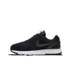 Беговые кроссовки для школьников Nike VibennaБеговые кроссовки для школьников Nike Vibenna созданы на основе беговой обуви 80-х годов со стремительным силуэтом для длительного комфорта на беговой дорожке и улицах города. Они повторяют движения стопы, обеспечивая естественную свободу движений на всей дистанции.<br>