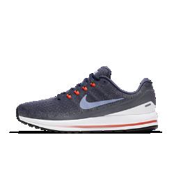 Мужские беговые кроссовки Nike Air Zoom Vomero 13Мужские беговые кроссовки Nike Air Zoom Vomero 13 обеспечивают невероятную мягкость и комфорт. Непревзойденная поддержка поможет достичь максимальных результатов уже с первого забега. Обновленные нити Flywire надежно фиксируют стопу, а система Nike Zoom Air создает мгновенную амортизацию при каждом шаге.   НЕВЕРОЯТНАЯ ЛЕГКОСТЬ И ПОДДЕРЖКА  Нити Flywire поддерживают и фиксируют среднюю часть стопы при затягивании шнурков. Эти нити шире классических нитей Flywire, поэтому они комфортно облегают стопу, по-прежнему обеспечивая отличную поддержку. Мы убрали часть нитей в верхней части панели для шнуровки для большей гибкости и комфорта в передней части стопы.   МЯГКОСТЬ И КОМФОРТ  Мягкий бортик поддерживает область голеностопа, обеспечивая непревзойденный комфорт на всей дистанции.  МЯГКАЯ АДАПТИВНАЯ АМОРТИЗАЦИЯ  Мягкий, но поддерживающий материал Nike Lunarlon обеспечивает амортизацию. Вставки Nike Zoom Air в области пятки и передней части стопы расположены ближе к подошве, позволяя почувствовать мягкость материала Lunarlon. Кроме того, вставки Zoom Air обеспечивают мгновенную упругую амортизацию, которая как будто подталкивает тебя вперед, помогая бежать быстрее.<br>