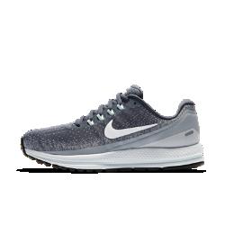 Женские беговые кроссовки Nike Air Zoom Vomero 13Женские беговые кроссовки Nike Air Zoom Vomero 13 обеспечивают невероятную мягкость и комфорт. Непревзойденная поддержка поможет достичь максимальных результатов уже с первого забега. Система Nike Zoom Air создает мгновенную амортизацию при каждом шаге.   НЕВЕРОЯТНАЯ ЛЕГКОСТЬ И ПОДДЕРЖКА  Мы убрали часть нитей в верхней части панели для шнуровки для большей гибкости и комфорта в передней части стопы.   МЯГКОСТЬ И КОМФОРТ  Мягкий бортик поддерживает область голеностопа, обеспечивая непревзойденный комфорт на всей дистанции.  МЯГКАЯ АДАПТИВНАЯ АМОРТИЗАЦИЯ  Мягкий, но поддерживающий материал Nike Lunarlon обеспечивает амортизацию. Вставки Nike Zoom Air в области пятки и передней части стопы расположены ближе к подошве, позволяя почувствовать мягкость материала Lunarlon. Кроме того, вставки Zoom Air обеспечивают мгновенную упругую амортизацию, которая как будто подталкивает тебя вперед, помогая бежать быстрее.<br>