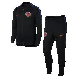 Мужской спортивный костюм НБА New York Knicks Nike DryМужской спортивный костюм НБА New York Knicks Nike Dry из влагоотводящей ткани в легендарном стиле украшен символикой команды и обеспечивает комфорт во время игры и на каждый день. Преимущества  Ткань Nike Dry отводит влагу и обеспечивает комфорт Карманы на молнии на куртке и брюках для надежного хранения мелочей Воротник и манжеты из эластичной рубчатой ткани для комфорта и прочности  Информация о товаре  Состав: 100% полиэстер Машинная стирка Импорт<br>