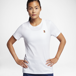 Женская теннисная футболка NikeCourt HeritageЖенская теннисная футболка NikeCourt Heritage посвящена теннисным моделям и повседневным моделям Nike в теннисном стиле. Футболка, дизайн которой вдохновлен экипировкой крупнейших звезд тенниса 90-х, выполнена из мягкого хлопка для комфорта на весь день и украшена цветным вышитым логотипом NikeCourt. Идеальный образ для корта и на каждый день.<br>