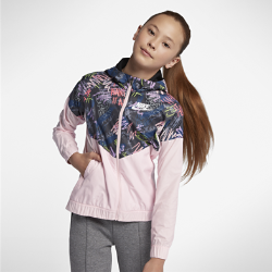 Куртка с принтом для девочек школьного возраста Nike Sportswear WindrunnerКуртка с принтом для девочек школьного возраста Nike Sportswear Windrunner из легкой водоотталкивающей ткани рипстоп защищает от непогоды.<br>