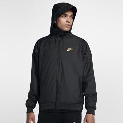Мужская куртка Nike Sportswear Windrunner Winterized QSМужская куртка Nike Sportswear Windrunner Winterized QS, дизайн которой вдохновлен классической беговой курткой Nike, защищает от непогоды благодаря прочной ткани рипстоп.<br>