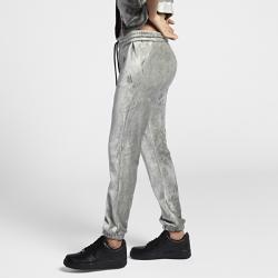 Женские брюки NikeLab Essentials VelourЖенские брюки NikeLab Essentials Velour выглядят стильно благодаря легкому блеску внешнего велюрового слоя. Стандартный крой с плотной посадкой обеспечивает свободу движений.  ПОТРЯСАЮЩИЙ КОМФОРТ  Внутренний слой из ткани джерси для непревзойденного комфорта. Пояс с внешним утягивающим шнурком с наконечниками NikeLab и эластичные отвороты в стиле джоггеров обеспечивают функциональность и стильный вид.  СТИЛЬНЫЕ АКЦЕНТЫ  Боковые скошенные карманы на молнии для надежного хранения мелочей. Тональный вышитый логотип Futura 90 на левом бедре.<br>