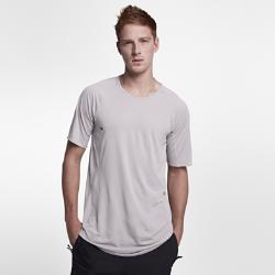 Мужская футболка Nike AAE 1.0 Short SleeveМужская футболка Nike AAE 1.0 Short Sleeve с бесшовной анатомической конструкцией из легкого трикотажа обеспечивает естественную свободу движений.<br>