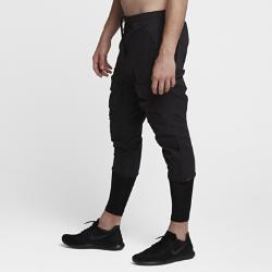 Мужские брюки Nike AAE 1.0 3/4Мужские брюки Nike AAE 1.0 3/4 задают новый стандарт функциональности и стиля. Дизайн этой модели был создан с использованием компьютерных технологий. В результате получилась конструкция из тканого смесового материала с регулируемыми кнопками и молниями, а также усовершенствованными карманами для функциональности в течение всего дня.  Удобное хранение  Боковые и задние карманы с двусторонними молниями сбоку для удобного доступа к содержимому. Боковые карманы расположены низко на бедрах, так что содержимое не будет повреждено, если ты сядешь.  Накладные карманы  Накладные карманы со складкой вмещают еще больше вещей, при этом положить что-то в карман или достать из него можно как со стороны защищенного клапаном верха, так исбоку — расстегнув двустороннюю молнию.  Регулируемый комфорт  Пояс с эластичным шнурком и отвороты на кнопках позволяют регулировать посадку.<br>