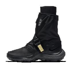 Женские ботинки Nike GaiterЖенские ботинки Nike Gaiter в современном универсальном силуэте дополнены застежкой с пряжкой спереди для создания разных образов. В этой стильной и практичной моделисочетаются водоотталкивающие материалы, удобная внутренняя вставка и подметка во всю длину из резины.<br>