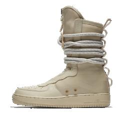 Мужские ботинки Nike SF Air Force 1 HiМужские ботинки Nike SF Air Force 1 High в стиле милитари — невероятно практичная модель для города. Они сочетают в себе баллистический нейлон, удобную систему фиксаторов, массивные детали, такие как шнурки, похожие на веревки, а также светоотражающий принт AF1.  УНИВЕРСАЛЬНОСТЬ  Напоминающие веревки шнурки с особыми петлями и металлической пряжкой образуют динамическую систему фиксации. Благодаря этому можно регулировать плотность посадки.  ПРОЧНЫЕ МАТЕРИАЛЫ  Область пятки, бортик и язычок выполнены из баллистического нейлона. Это делает ботинки прочными и гибкими, а также придает модели вид армейской обуви.<br>