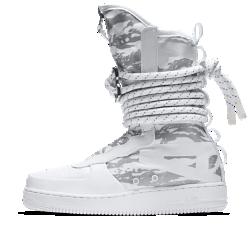 Мужские ботинки Nike SF Air Force 1 Hi IbexМужские ботинки SF Air Force 1 Mid выводят городскую практичность на новые высоты. Удобная система фиксаторов сочетается с синтетической кожей Ibex, которая легко чистится.  УНИВЕРСАЛЬНОСТЬ  Напоминающие канаты шнурки с особыми петлями и металлическим фиксатором создают динамическую систему фиксации. Благодаря этому можно регулировать посадку и уровень фиксации.  ПРОЧНЫЕ МАТЕРИАЛЫ  Область пятки, бортик и язычок выполнены из баллистического материала на основе нейлона. Это обеспечивает прочность и гибкость, а также придает модели вид армейских ботинок. Синтетическую кожу можно легко почистить, просто протерев салфеткой.<br>