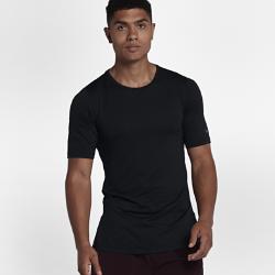 Мужская футболка с коротким рукавом Nike Training UtilityСозданная для самых энергичных атлетов мужская футболка с коротким рукавом Nike Training Utility из влагоотводящей ткани обеспечивает комфорт во время тренировок. Карман слева идеально подходит для хранения мелочей. Экипировка Utility — это одни из лучших моделей в коллекции Nike для тренинга.  ОТВЕДЕНИЕ ВЛАГИ И КОМФОРТ  Технология Dri-FIT отводит влагу от кожи на поверхность ткани, обеспечивая комфорт во время тренировки.  СВОБОДА ДВИЖЕНИЙ  Плотно прилегающий крой повторяет изгибы тела, обеспечивая полную свободу движений в любом направлении. Увеличенные разрезы по бокам не ограничивают свободу движений, а короткие рукава позволяют ни на что не отвлекаться.<br>