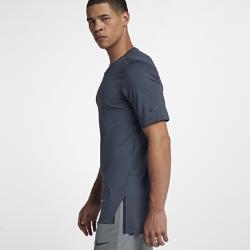 Мужская футболка с коротким рукавом Nike Training UtilityСозданная для самых энергичных атлетов мужская футболка с коротким рукавом Nike Training Utility из влагоотводящей ткани обеспечивает комфорт во время тренировок. Карман слева идеально подходит для хранения мелочей. Экипировка Utility — это одни из лучших моделей в коллекции Nike для тренинга.  АБСОЛЮТНЫЙ КОМФОРТ  Быстросохнущая ткань с технологией Dri-FIT отводит влагу от кожи.  СВОБОДА ДВИЖЕНИЙ  Плотно прилегающий крой повторяет изгибы тела, обеспечивая полную свободу движений в любом направлении. Увеличенные разрезы по бокам не ограничивают свободу движений, а короткие рукава позволяют ни на что не отвлекаться.<br>