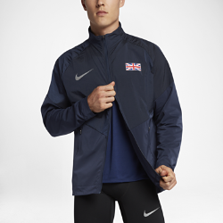 Мужская беговая куртка Nike (Great Britain) StadiumМужская беговая куртка Nike (Great Britain) Stadium из влагонепроницаемой ткани с инновационными деталями — элемент современного спортивного костюма для разминки, тренировоки повседневной жизни. Вставка из дышащей и эластичной инновационной сетки Nike Flyvent на манжете со стороны ладони усиливает ощущение комфорта.<br>
