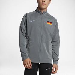 Мужская беговая куртка Nike (Germany) StadiumМужская беговая куртка Nike (Germany) Stadium из влагонепроницаемой ткани с инновационными деталями — элемент современного спортивного костюма для разминки, тренировок и повседневной жизни. Вставка из дышащей и эластичной инновационной сетки Nike Flyvent на манжете со стороны ладони усиливает ощущение комфорта.<br>