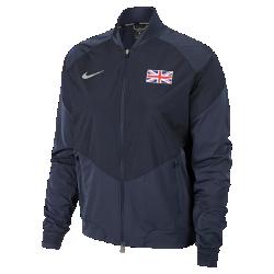 Женская беговая куртка Nike (Great Britain) StadiumЖенская беговая куртка Nike (Great Britain) Stadium из влагонепроницаемой ткани с инновационными деталями — элемент современного спортивного костюма для разминки, тренировоки повседневной жизни. Вставка из дышащей и эластичной инновационной сетки Nike Flyvent на манжете со стороны ладони усиливает ощущение комфорта.<br>