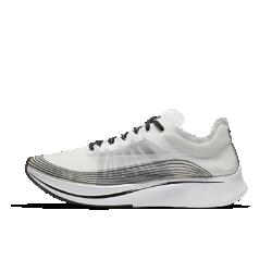 Беговые кроссовки унисекс NikeLab Zoom Fly SPБеговые кроссовки унисекс NikeLab Zoom Fly SP созданы для максимальных нагрузок во время темповых пробежек, бега на длинные дистанции и соревнований. Амортизирующая конструкция преобразует давление при каждом шаге, обеспечивая возврат энергии.Эта особая версия с обновленной легкой системой поддержки украшена значками и эскизами,символизирующими исторический проект Breaking2.<br>