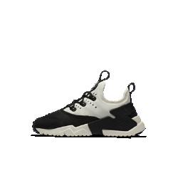 Кроссовки для дошкольников Nike Huarache Run DriftКроссовки для дошкольников Nike Huarache Run Drift — новая невероятно комфортная повседневная версия революционных беговых кроссовок 1990-х годов, сочетающая элементы самыхлегендарных моделей.  В твоем стиле  Шнурки можно либо продеть через нити Flywire или фиксатор на пятке, либо совсем убрать. Внешний вид можно изменить, сняв ремешок в области пятки.<br>