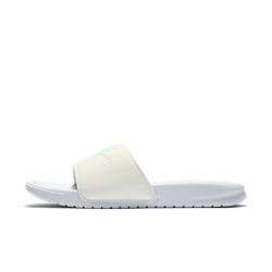Женские шлепанцы Nike Benassi Pastel QSЖенские шлепанцы Nike Benassi Pastel QS со вставкой из пеноматериала и прочной резиновой подметкой обеспечивают комфорт на каждый день.<br>