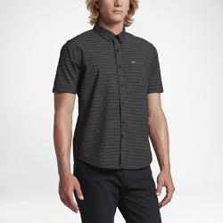 Мужская футболка с коротким рукавом Hurley RiserМужская футболка с коротким рукавом Hurley Riser из мягкого и прочного тканого материала с классическим воротником на пуговицах обеспечивает комфорт на весь день.<br>