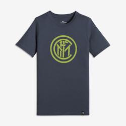Футболка для мальчиков школьного возраста Inter Milan CrestФутболка для мальчиков школьного возраста Inter Milan Crest из мягкого хлопка обеспечивает длительный комфорт на трибунах и на улице.<br>