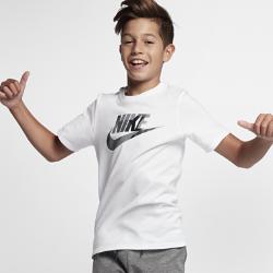 Футболка для мальчиков школьного возраста Nike Sportswear Zinc FuturaФутболка для мальчиков школьного возраста Nike Sportswear Zinc Futura из мягкого и прочного смесового хлопка обеспечивает комфорт на весь день.<br>