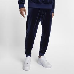 Мужские брюки Nike SportswearМужские брюки Nike Sportswear с зауженным кроем из мягкой ткани обеспечивают комфорт на весь день и не сковывают движений.<br>