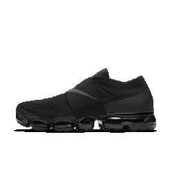 Мужские беговые кроссовки Nike Air VaporMax Flyknit MocМужские беговые кроссовки Nike Air VaporMax Flyknit Moc — более элегантная версия оригинальной модели с нашей самой инновационной системой амортизации для легкости и упругости.Широкий эластичный ремешок охватывает среднюю часть стопы, а революционная система амортизации помогает бросить вызов гравитации.  Легкость и амортизация  Амортизация Air обеспечивает максимальную защиту от ударных нагрузок по всей поверхности. Особые вырезы делают подошву еще более гибкой и легкой.  Идеальная посадка, вентиляция и комфорт  Материал Flyknit повторяет форму стопы, обеспечивая плотную посадку. Конструкция верха усиливает вентиляцию, обеспечивая охлаждение во время пробежки и в течение всего дня.  Конструкция верха усиливает вентиляцию, обеспечивая охлаждение во время пробежки и в течение всего дня.  В обновленном верхе вместо классической шнуровки используется эластичный ремешок из материала Gore. Это обеспечивает плотную надежную посадку и позволяет легко снимать и надевать кроссовки, а также делает их еще более стильными.  Подробнее  Накладки на носке и пятке для стабилизации и сохранения формы Резиновые накладки на подошве для прочности Перепад: 10 мм  В ОСНОВЕ ДИЗАЙНА Кроссовки Air VaporMax символизируют новую эпоху инноваций Nike. «Они кардинально изменили наш подход к созданию Air», — рассказывает Закари Элдер, создатель инновационнойтехнологии амортизации. Создавая VaporMax, дизайнеры хотели воплотить ощущение бега «словно по воздуху». В первую очередь они изменили структуру вставки Air, чтобы ее можно было прикрепить прямо к верху. «Это стало самым большим вызовом, — говорит Том Минами, ведущий дизайнер обуви, — но результат того стоил. Здесь нет стельки и подошвы, и вставка Air ощущается совершенно по-новому». В предыдущих версиях Air Max главной целью было максимально увеличить вставку Air, но в разработке VaporMax во главе углавстала эффективность, а не размер. «Когда стопа касается земли, каждый выступ упирается 