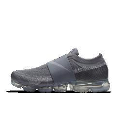 Мужские беговые кроссовки Nike Air VaporMax Flyknit MocМужские беговые кроссовки Nike Air VaporMax Flyknit Moc — более элегантная версия оригинальной модели с нашей самой инновационной системой амортизации для легкости и упругости.Широкий эластичный ремешок охватывает среднюю часть стопы, а революционная система амортизации помогает бросить вызов гравитации.  Легкость и амортизация  Амортизация Air обеспечивает максимальную защиту от ударных нагрузок по всей поверхности. Особые вырезы делают подошву еще более гибкой и легкой.  Идеальная посадка, вентиляция и комфорт  Материал Flyknit повторяет форму стопы, обеспечивая плотную посадку. Конструкция верха усиливает вентиляцию, обеспечивая охлаждение во время пробежки и в течение всего дня.  Удобно снимать и надевать  В обновленном верхе вместо классической шнуровки используется эластичный ремешок из материала Gore. Это обеспечивает плотную надежную посадку и позволяет легко снимать и надевать кроссовки, а также делает их еще более стильными.  Подробнее  Накладки на носке и пятке для стабилизации и сохранения формы Резиновые накладки на подошве для прочности Перепад: 10 мм  В ОСНОВЕ ДИЗАЙНА Кроссовки Air VaporMax символизируют новую эпоху инноваций Nike. «Они кардинально изменили наш подход к созданию Air», — рассказывает Закари Элдер, создатель инновационнойтехнологии амортизации. Создавая VaporMax, дизайнеры хотели воплотить ощущение бега «словно по воздуху». В первую очередь они изменили структуру вставки Air, чтобы ее можно было прикрепить прямо к верху. «Это стало самым большим вызовом, — говорит Том Минами, ведущий дизайнер обуви, — но результат того стоил. — Здесь нет стельки иподошвы, и вставка Air ощущается совершенно по-новому». В предыдущих версиях Air Max главной целью было максимально увеличить вставку Air, но в разработке VaporMax во главе угла встала эффективность, а не размер. «Когда стопа касается земли, каждый выступ упирается во вставку Air, усиливая давление, — объясняет Закари Элдер. — При отталкива