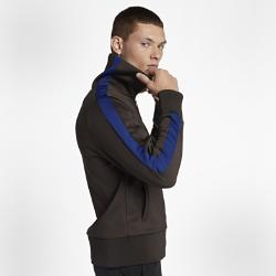 Мужская куртка из велюра Nike Sportswear LuxМужская куртка из велюра Nike Sportswear Lux из материала двойного переплетения с увеличенным воротником обеспечивает комфорт и защиту от холода на каждый день.<br>