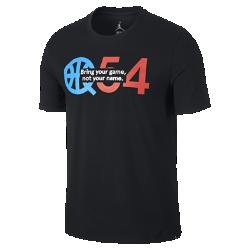 Мужская футболка Jordan Quai 54 LogoМужская футболка Jordan Quai 54 Logo из мягкого хлопка дополнена фирменными деталями в честь всемирно известного турнира по стритболу.<br>