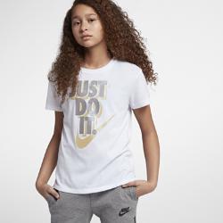 Футболка с графикой JDI для девочек школьного возраста Nike SportswearФутболка для девочек школьного возраста Nike Sportswear из невероятно мягкого и прочного хлопка с графикой Just Do It обеспечивает комфорт на каждый день.<br>