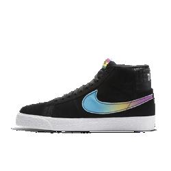 """Мужская обувь для скейтбординга Nike SB Zoom Blazer Mid """"Lance Mountain""""Мужская обувь для скейтбординга Nike SB Zoom Blazer Mid """"Lance Mountain"""" символизирует сочетание вдохновения из прошлого и инноваций будущего. С помощью уникальных штрихов и элементов дизайна легендарный Ланс Маунтин представляет время, когда он начал кататься в бассейнах, и Blazer стали его базовой обувью для скейтбординга, а также свою неослабевающую страсть к скейтбордингу в целом.  Источник вдохновения  Обувь напоминает о важном периоде в карьере Ланса Маунтина. 70-е годы представлены цветовыми акцентами в стиле концертных постеров, напоминающее плитку тиснение символизирует катание в бассейне, а число «78» — это год, когда Ланс купил свои первые Blazer. Число «17» на правой ноге воплощает единение настоящего и будущего.  Мгновенная амортизация  Легкая съемная стелька с амортизирующей вставкой Nike Zoom Air в области пятки обеспечивает упругость и защиту от ударных нагрузок там, где это необходимо.  Уверенное сцепление с доской  Гибкая резиновая подошва с зигзагообразным рисунком обеспечивает надежное сцепление с различными типами поверхности.<br>"""