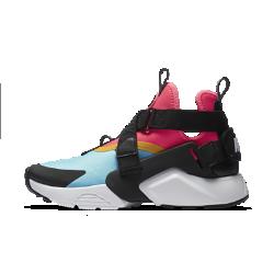 Женские кроссовки Nike Air Huarache CityЖенские кроссовки Nike Air Huarache City — повседневная версия революционных беговых кроссовок 1990-х годов. Она сочетает лучшие элементы дизайна той эпохи с системой регулируемых ремешков для идеального стиля и посадки.  В ТВОЕМ СТИЛЕ  Съемные ремешки можно продеть через каркас в средней части или петельку на пятке. Ты можешь выбрать сразу два варианта шнуровки или вообще убрать шнурки.<br>