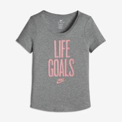 """Футболка для девочек школьного возраста Nike Sportswear """"Life Goals""""Футболка для девочек школьного возраста Nike Sportswear """"Life Goals"""" из мягкого и прочного хлопка обеспечивает длительный комфорт.<br>"""