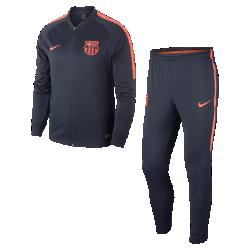 Мужской футбольный костюм FC Barcelona Dri-FIT SquadМужской футбольный костюм FC Barcelona Dri-FIT Squad из влагоотводящей ткани с символикой команды обеспечивает комфорт на трибунах и во время игры на поле.<br>