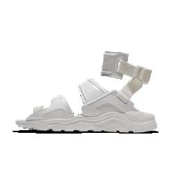 Женские кроссовки Nike Air Huarache Gladiator QSЖенские кроссовки Nike Air Huarache Gladiator QS — это дизайн, в котором традиции Nike гармонично сочетаются с новыми способами самовыражения. Силуэт в стиле сандалий гладиатороввыводит повседневный образ на новый уровень, обеспечивая легкость и вентиляцию.  Дизайн Huarache  Классическая подошва Huarache со скрытой вставкой Air обеспечивает комфортную поддержку и непревзойденную легкость сандалий.  Фиксация и поддержка  Несколько ремешков из синтетической кожи обхватывают стопу для надежной фиксации.  Удобно снимать и надевать  Стильный литой ремешок позволяет удобно снимать и надевать модель.<br>
