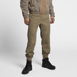 Мужские брюки NikeLab Classic Sport ChinoМужские брюки NikeLab Classic Sport Chino — роскошное исполнение классической модели Nike из тканого материала. Модель воплощает мастерство итальянских мастеров в первоклассном смесовом хлопке.<br>