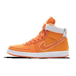 Мужские кроссовки Nike Vandal High Supreme QSМужские кроссовки Nike Vandal High Supreme QS с высоким бортиком и регулируемым ремешком в области голеностопа обеспечивают длительную поддержку и надежную фиксацию.<br>
