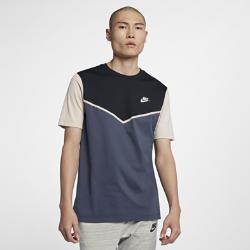 Мужская футболка Nike Sportswear WindrunnerМужская футболка Nike Sportswear Windrunner из прочного 100% хлопка обеспечивает комфорт на весь день. Классический шеврон под углом 26 градусов как у куртки Windrunner.<br>