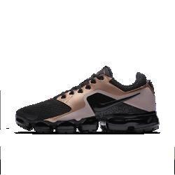Женские беговые кроссовки Nike Air VaporMaxЖенские беговые кроссовки Nike Air VaporMax объединяют обновленный верх и усовершенствованную систему амортизации. Верх из сетки и легкая система упругой амортизации помогают бросить вызов гравитации.  Легкость и амортизация  Амортизация Air обеспечивает максимальную защиту от ударных нагрузок по всей поверхности. Особые вырезы делают подошву еще более гибкой и легкой.  Воздухопроницаемость  Верх из сетки охлаждает стопу, отводя излишки тепла и пропуская воздух. Легкий вес и обтекаемая форма обеспечивают абсолютный комфорт на всей дистанции.  Поддержка  Легкие накладки от средней части до пятки обеспечивают поддержку, не добавляя объема. Накладки из мятой синтетической кожи в средней части придают инновационной функциональной модели вид стильных повседневных кроссовок.<br>