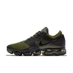 Мужские беговые кроссовки Nike Air VaporMaxМужские беговые кроссовки Nike Air VaporMax получили обновленный верх с усовершенствованной системой амортизации. Верх из сетки и легкая система упругой амортизации помогают бросить вызов гравитации.  Легкость и амортизация  Амортизация Air обеспечивает максимальную защиту от ударных нагрузок по всей поверхности. Особые вырезы делают подошву еще более гибкой и легкой.  Воздухопроницаемость  Верх из сетки охлаждает стопу, отводя излишки тепла и пропуская воздух. Легкий вес и обтекаемая форма обеспечивают абсолютный комфорт на всей дистанции.  Поддержка  Легкие накладки от средней части до пятки обеспечивают поддержку, не добавляя объема. Накладки из мятой синтетической кожи в средней части придают инновационной функциональной модели вид стильных повседневных кроссовок.<br>